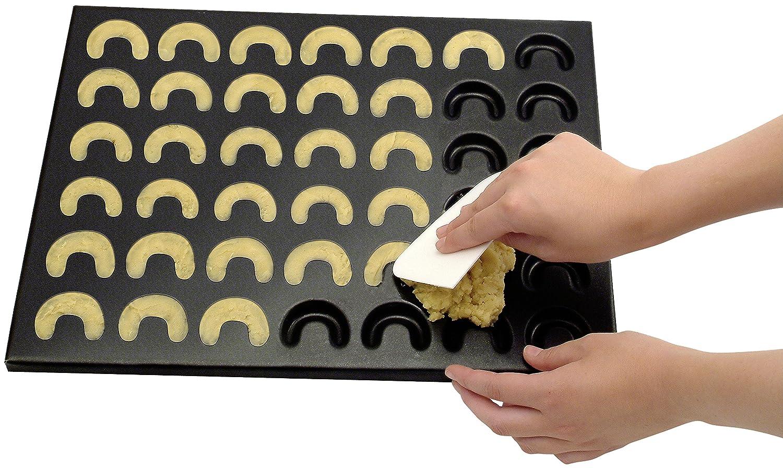 Zenker Vanillekipferl-Set Teigschaber zum Bestreichen 42er-Kipferl-Backblech mit Antihaftbeschichtung Puderzuckersieb zum Bestreuen Menge: 1 x 3er Set Vanillekipferl einfach selbst backen