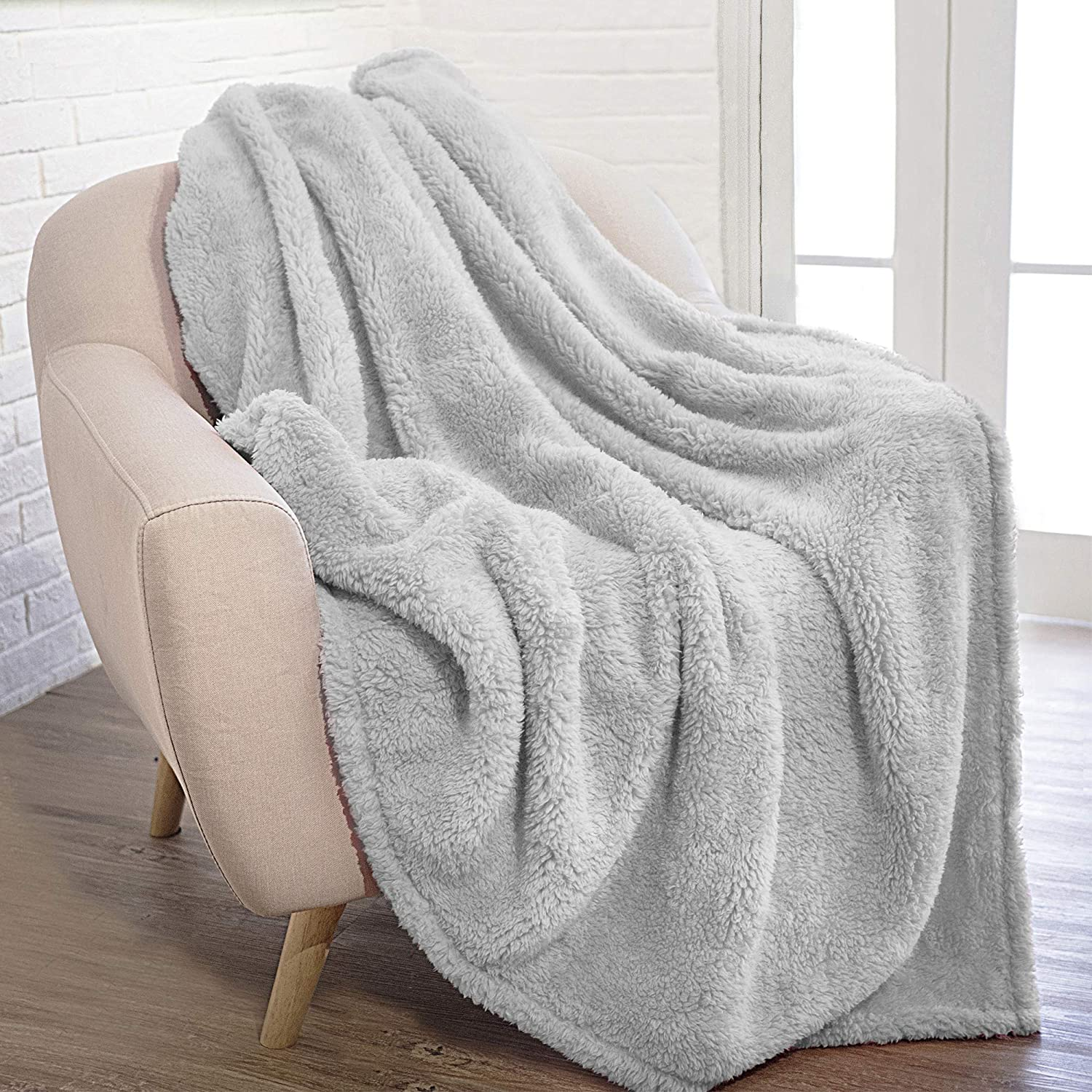 Pavilia Plush Sherpa Throw Blanket For Couch Sofa Fluffy Microfiber Fleece Throw Soft Fuzzy Cozy Lightweight Solid Light Gray Blanket 50 X 60 Inches Amazon Ca Home Kitchen