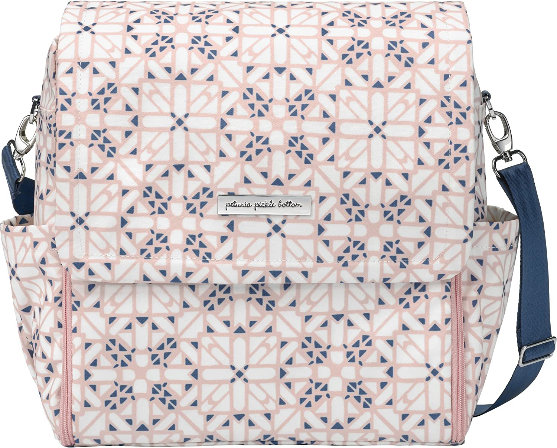 Bolso para carrito de bebé Boxy Backpack de Petunia Pickle Bottom. Amplio y versátil incluye cambiador y correas para colgar del cochecito. Color Alpine Meadows
