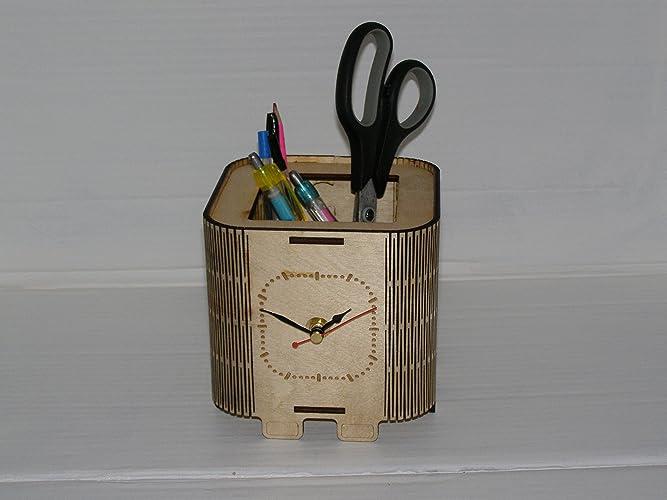 Organisateur de bureau simple en bois avec une horloge découpée au