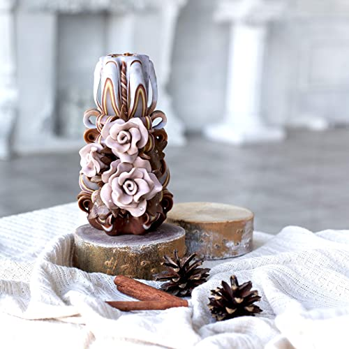 Braune Deko-Kerzen handgefertigt wundersch/öne geschnitzte Kerzen mit beigen Rosen Weihnachtskerzen-Geschenk