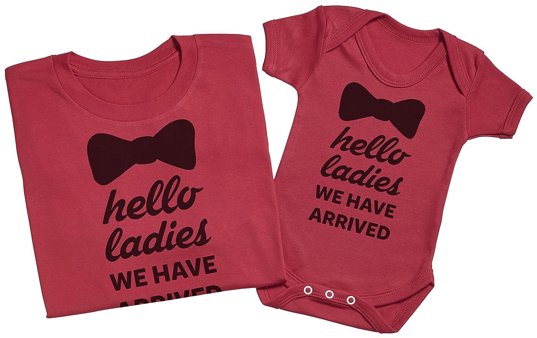 Im Here! Hello Ladies regalo para padres y beb/és en un cuerpo para beb/és y una camiseta de hombre a juego