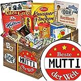 BESTE MUTTI DER WELT - Geschenkset für MUTTI - DDR Süssigkeiten Box mit Ostprodukten – Kalter Hund Blister, Zetti Knusperflocken Vollmilch, Halloren-Kugeln Classic uvm. +++ Waren DDR Box als Geschenkkorb mit Kultprodukten der DDR ++ Ostpaket DDR Geschenkbox DDR Produkt DDR Süßigkeiten-Box Waren DDR Geschenk für Mütter Ostalgie Geschenk für MUTTI Weihnachten Geschenkset für MUTTI Weihnachten Weihnachtsgeschenkideen für Sie Weihnachtsgeschenk für MUTTI Weihnachten Geschenkset