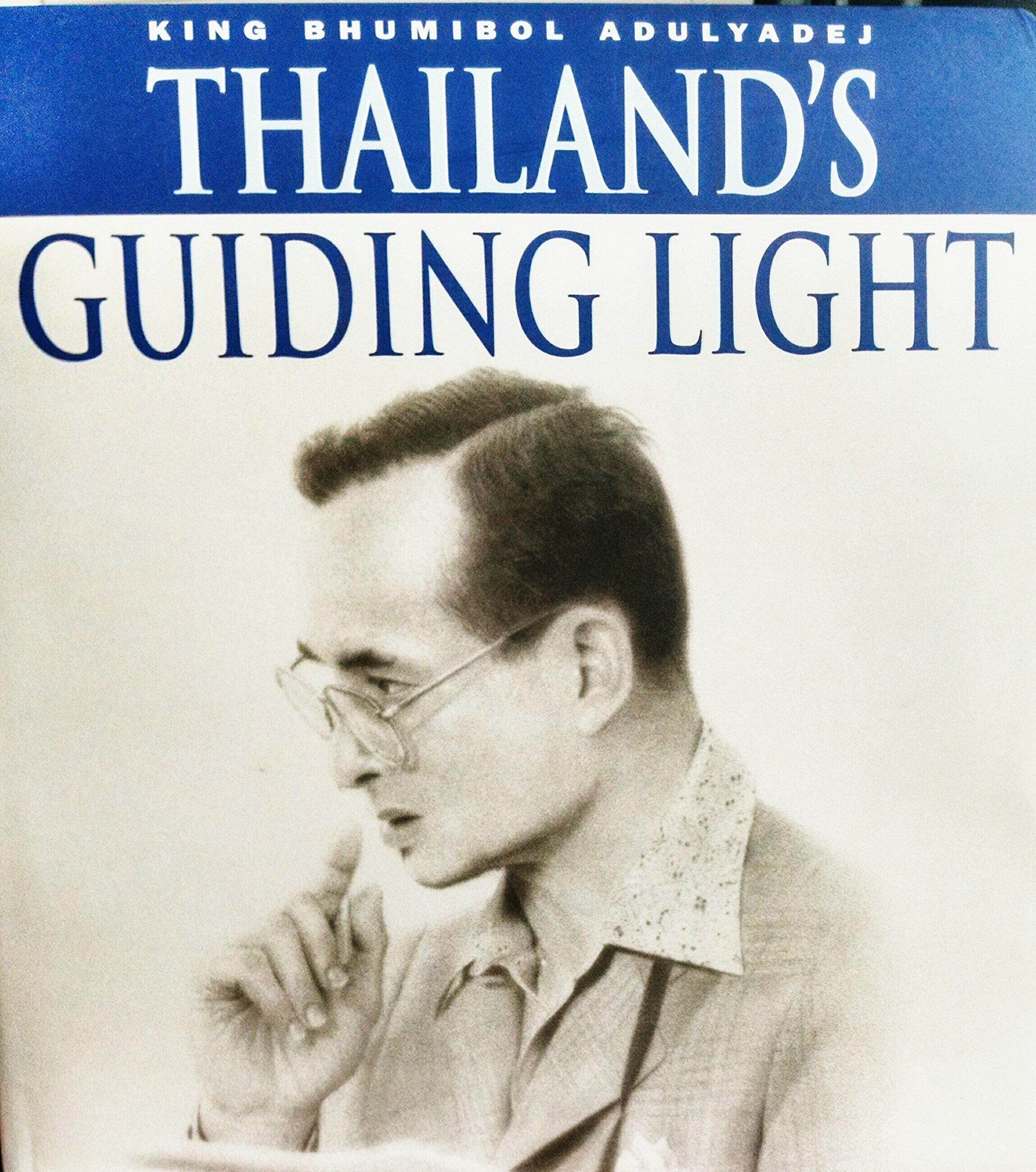 King Bhumibol Adulyadej: Thailand's Guiding Light: Pichai Chuensuksawadi:  9789742020408: Amazon: Books