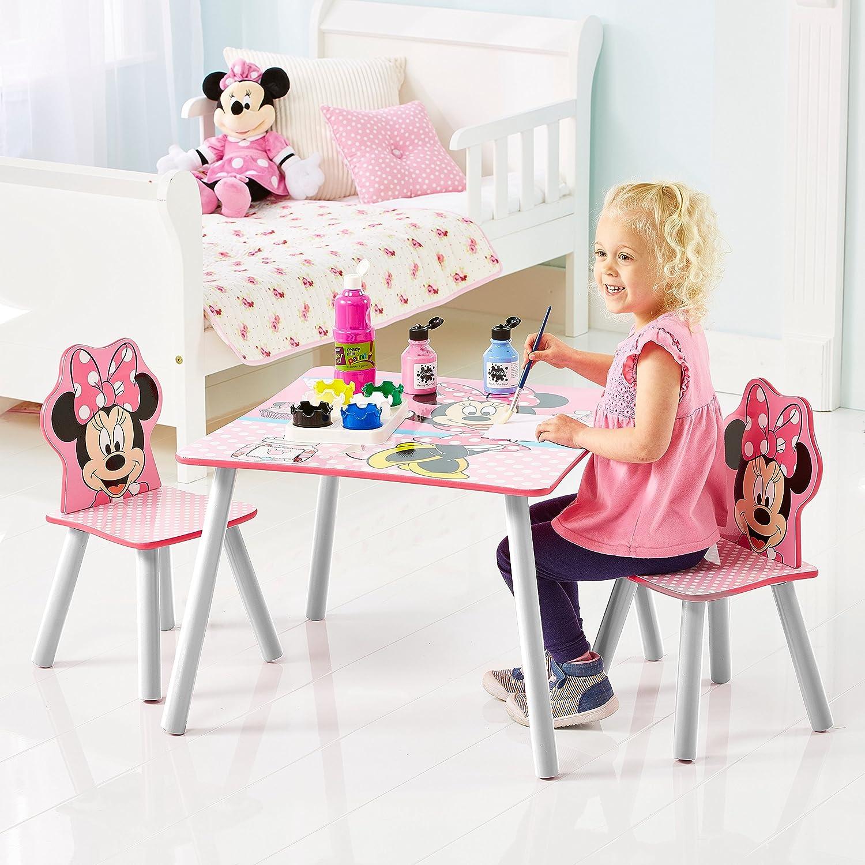 Kind sitzt an Minnie Mouse Sitzgruppe