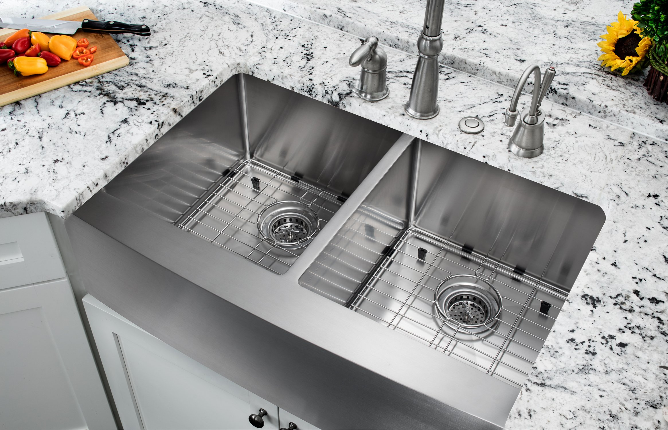 33-in 16-Gauge Stainless Steel Apron Front Farmhouse 50/50 Double Bowl Kitchen Sink with Grid Set and Strainers