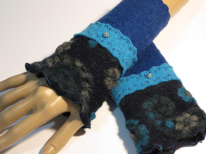 Armstulpen/Pulswärmer aus Walkwolle (Walk, Walkstoff) in Dunkelblau, Hellblau und Nacht-Blau mit Blumen-Relief in Türkis und Grün; Charm (winziges Blumchen), Zierstiche