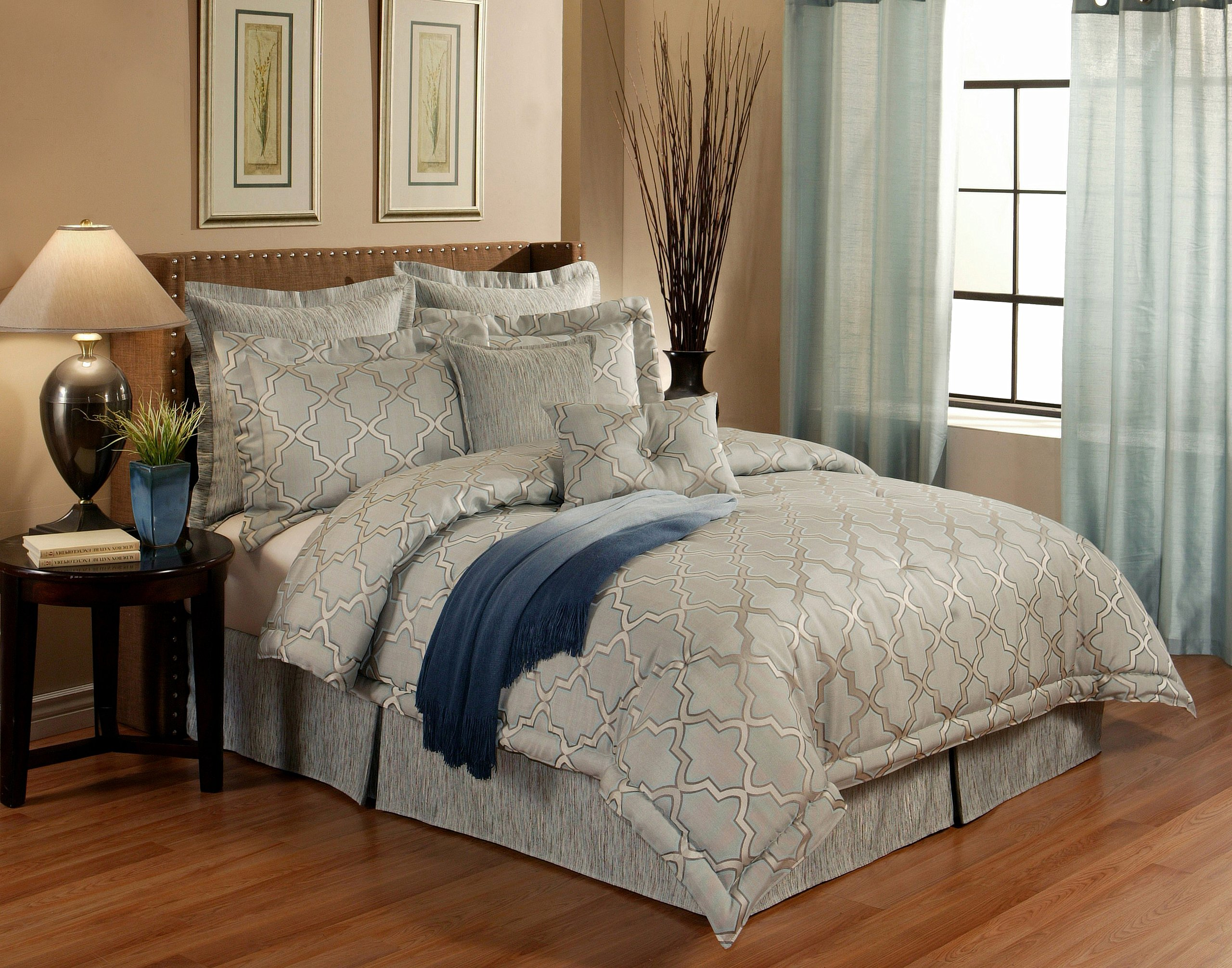 Austin Horn En' Vogue 4 piece Glamour Comforter Set, California King, Spa Blue