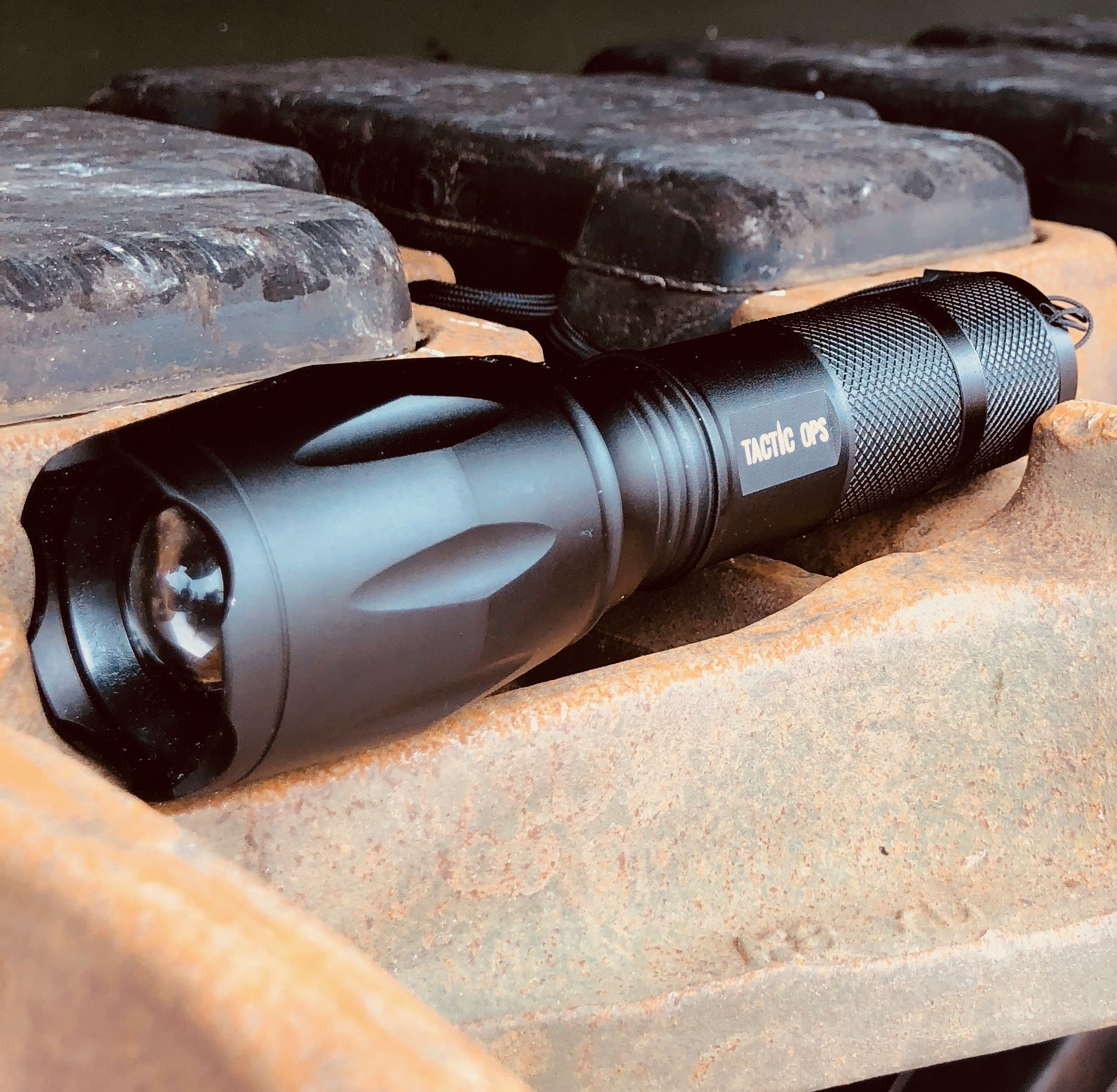 TACTIC OPS - Rechargeable Tactical Super Bright 1200 Lumen LED Aluminum Alloy Flashlight carrying case and USB cable and plug included