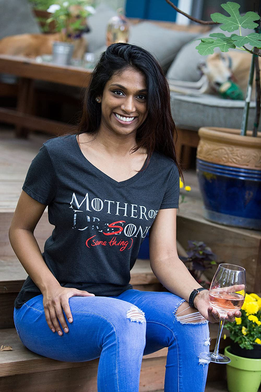 Madre di Draghi Mother of Dragons - Maglietta Divertente con Scollo a V Ideale per Mamme T-Shirt Donna con Scritta er, Sons - Same Thing ehm, Figli. Stessa Cosa