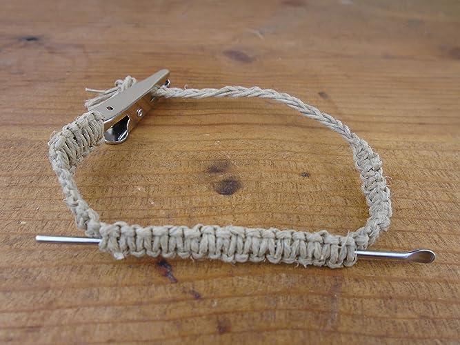 Homme avec bracelet de cheville