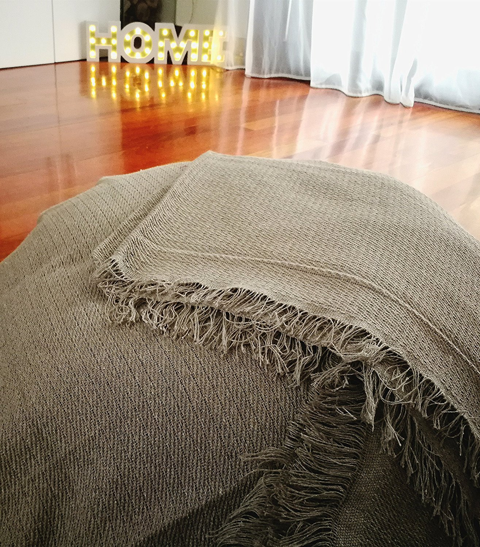 Colcha multiusos / Cubre sofás / Sobrecamas y colchas / Manta color liso para sofá 2 plazas o cama 90-110cm (180 x 260 cm, PIEDRA)