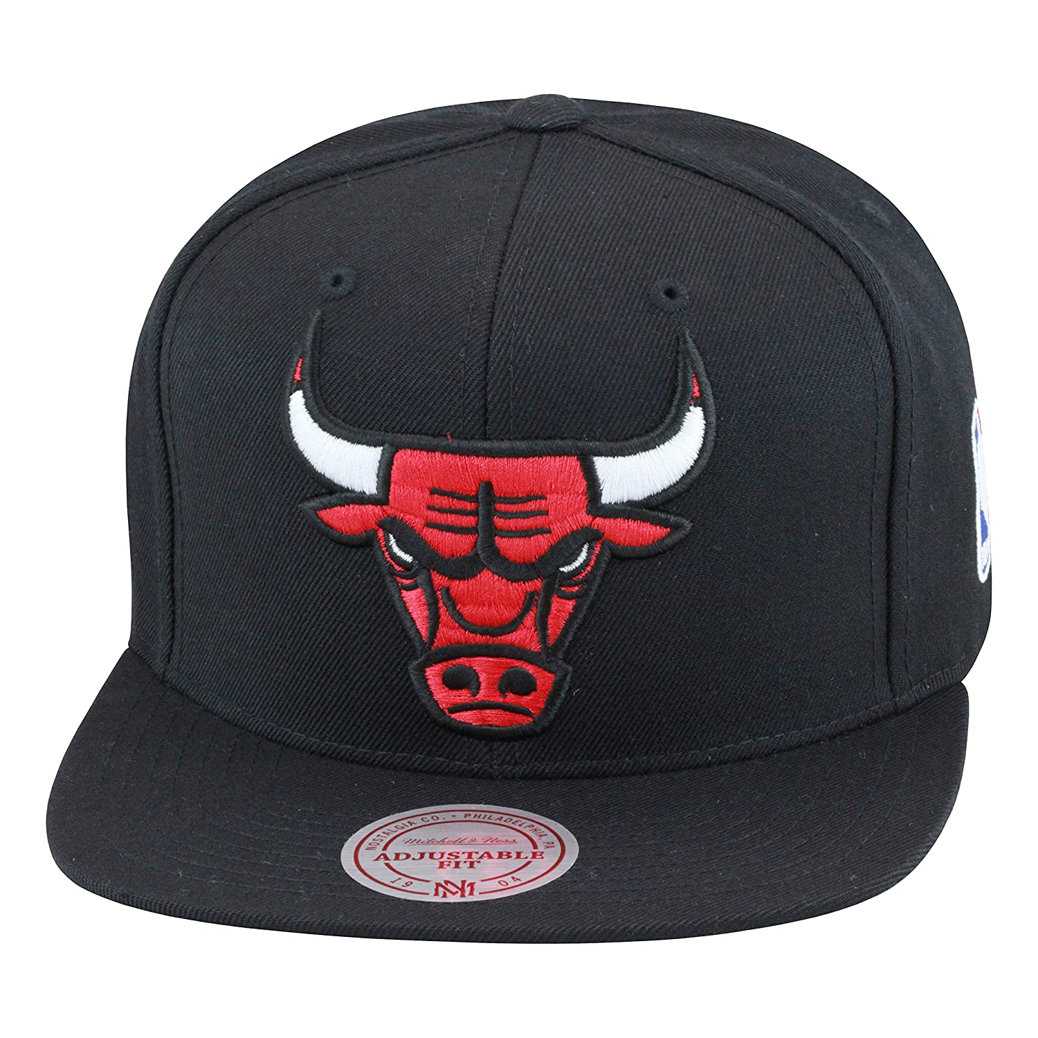 72f980e540f Amazon.com  Mitchell   Ness Chicago Bulls Snapback Hat Black Red  Clothing
