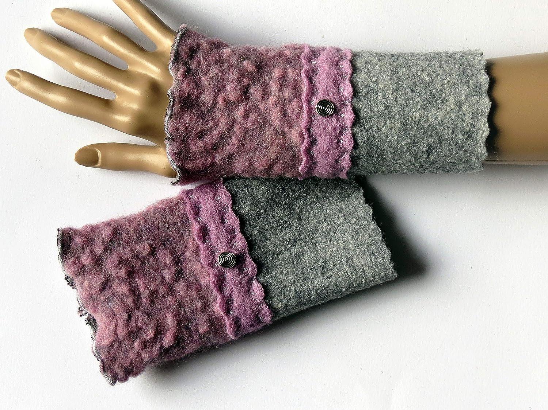 Armstulpen/Pulswärmer aus Walkwolle (Walk, Walkstoff) in Grau und in Altrosa-Ton mit floralem Relief; breiter Zackenlitz, Charm (Designer-Perle)
