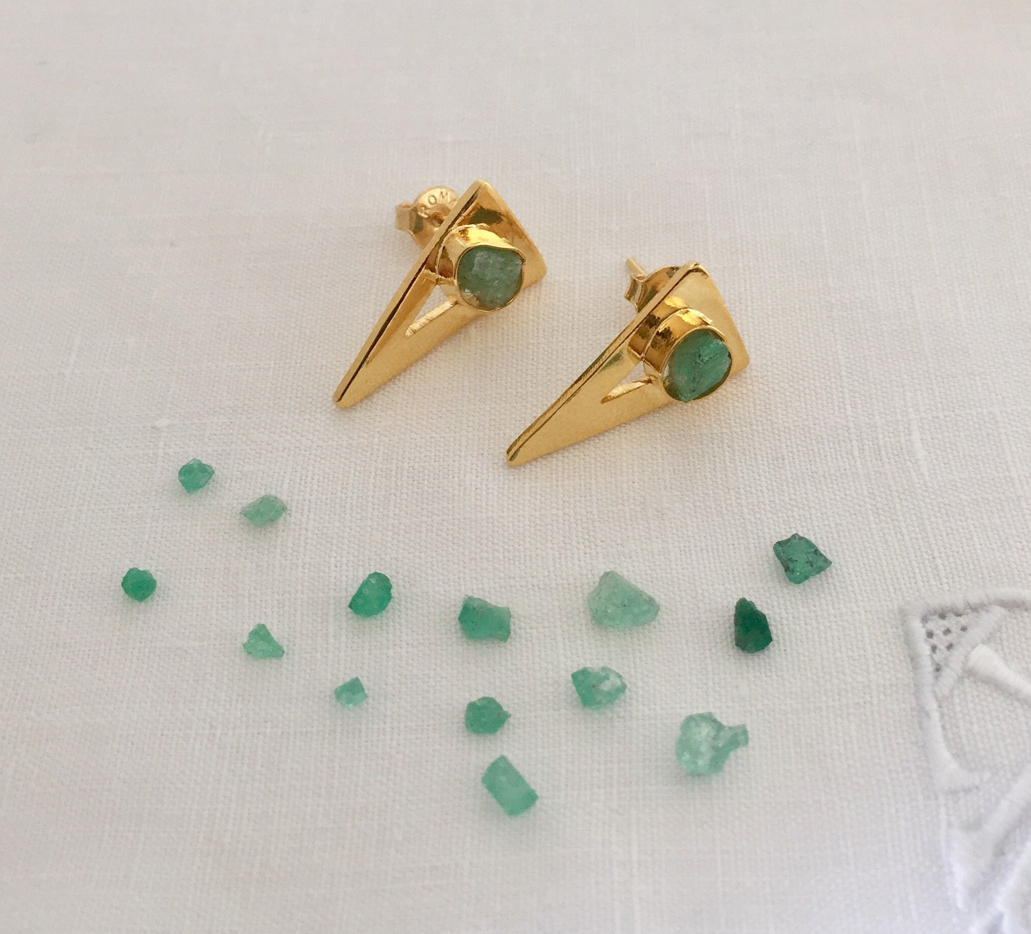 Raw Emerald Stud Earrings by D'Mundo Accesorios . Genuine Raw Colombian Emeralds. Handmade Yellow Gold Plated Triangles Earrings.