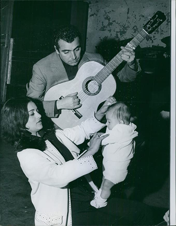Vintage fotográfico de José Luis Gonzalvo tocando la guitarra para ...