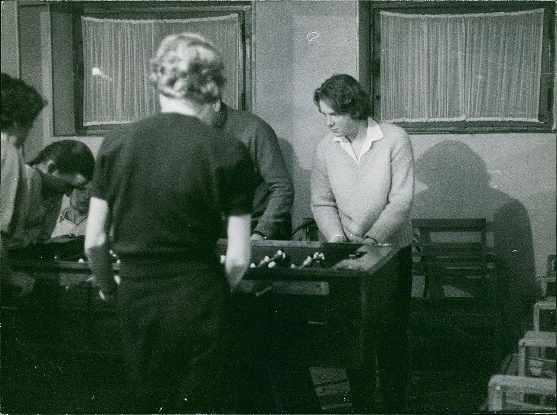 Vintage photo de personas jugando al fútbol mesa. 1964: Amazon.es ...