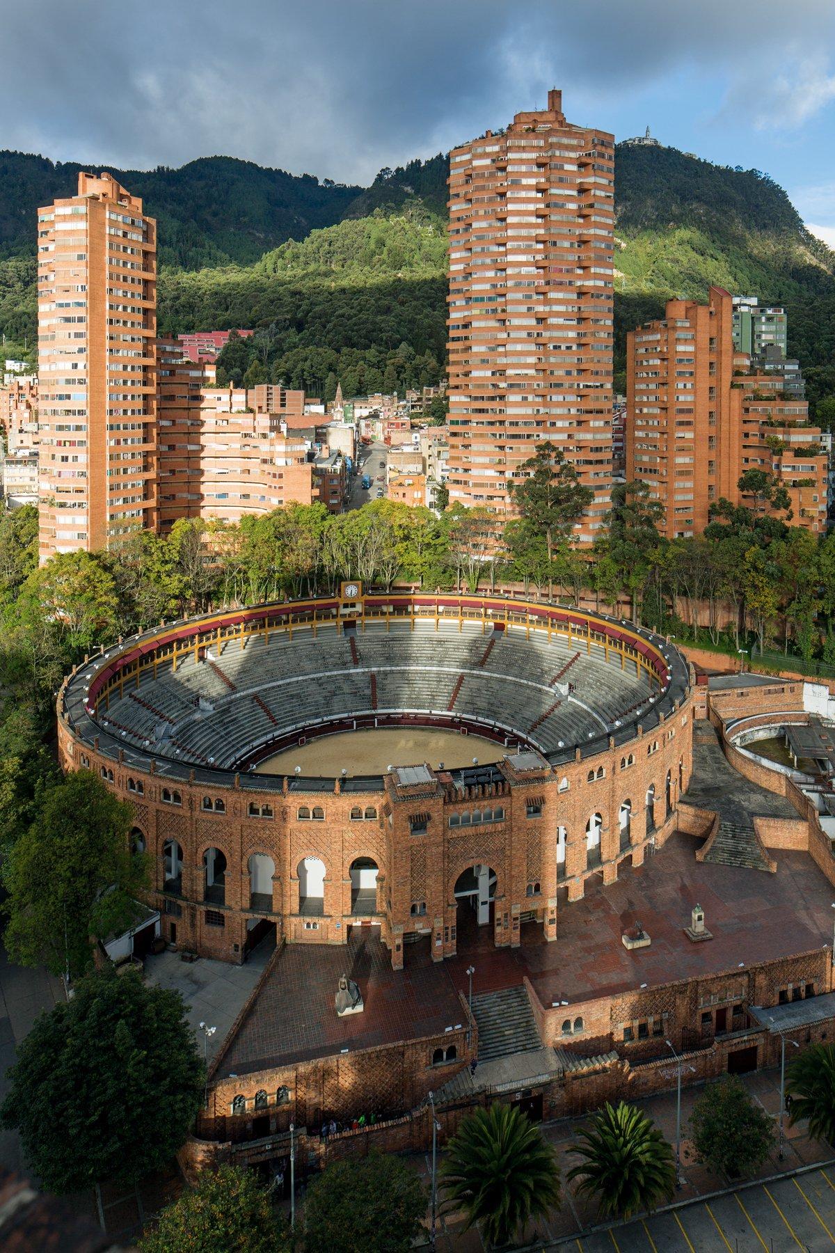 Latin America In Construction: Architecture 1955 1980: Barry Bergdoll,  Carlos Comas, Jorge Francisco Liernur, Patricio Del Real: 9780870709630:  Amazon.com: ...