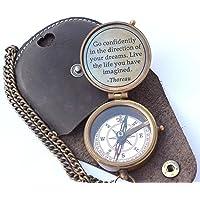 NEOVIVID Thoreau's Go Quote Vertrouwelijk Gegraveerd Kompas met Gestempeld Lederen Hoes, Campingkompas, Boating Compass, Cadeaukompas, Graduation Day Cadeaus