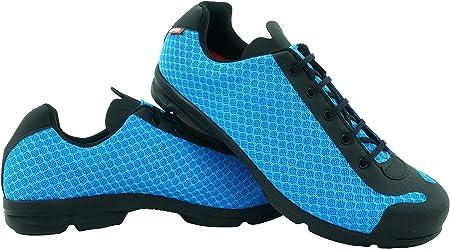 Es recomendable comprar una talla más de lo que usamos normalmente en zapatos de calle.,Modelo de za