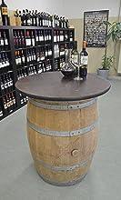 Weinfasstisch mit Weinflaschen
