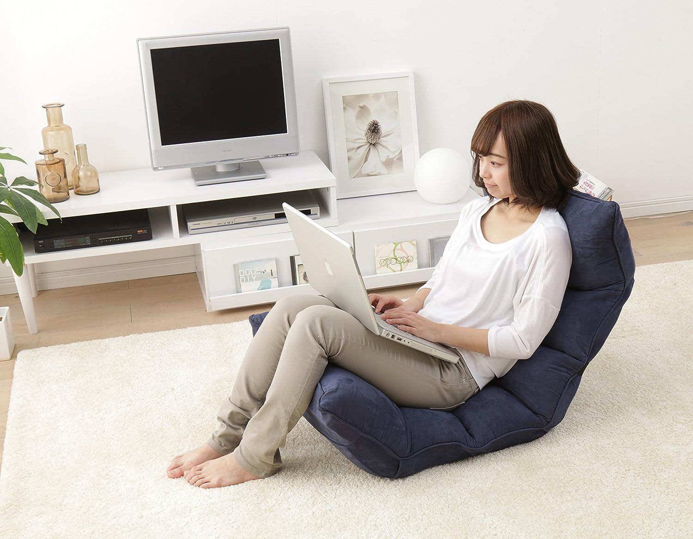 座椅子に座りながらパソコンを操作する女性