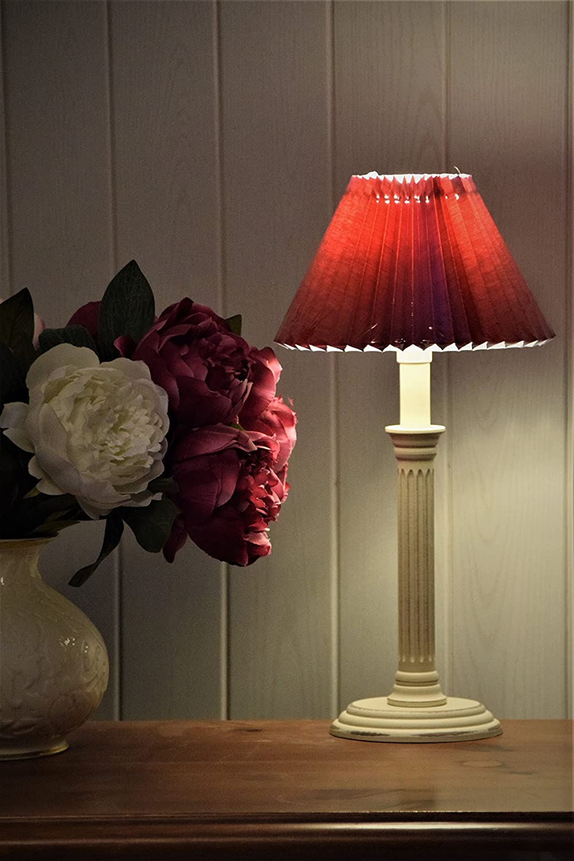 Kleine rústico Lámpara de mesa de madera E14, alrededor de ovalado, Antiguo de Color Blanco Mate con cartón plisada (pantalla