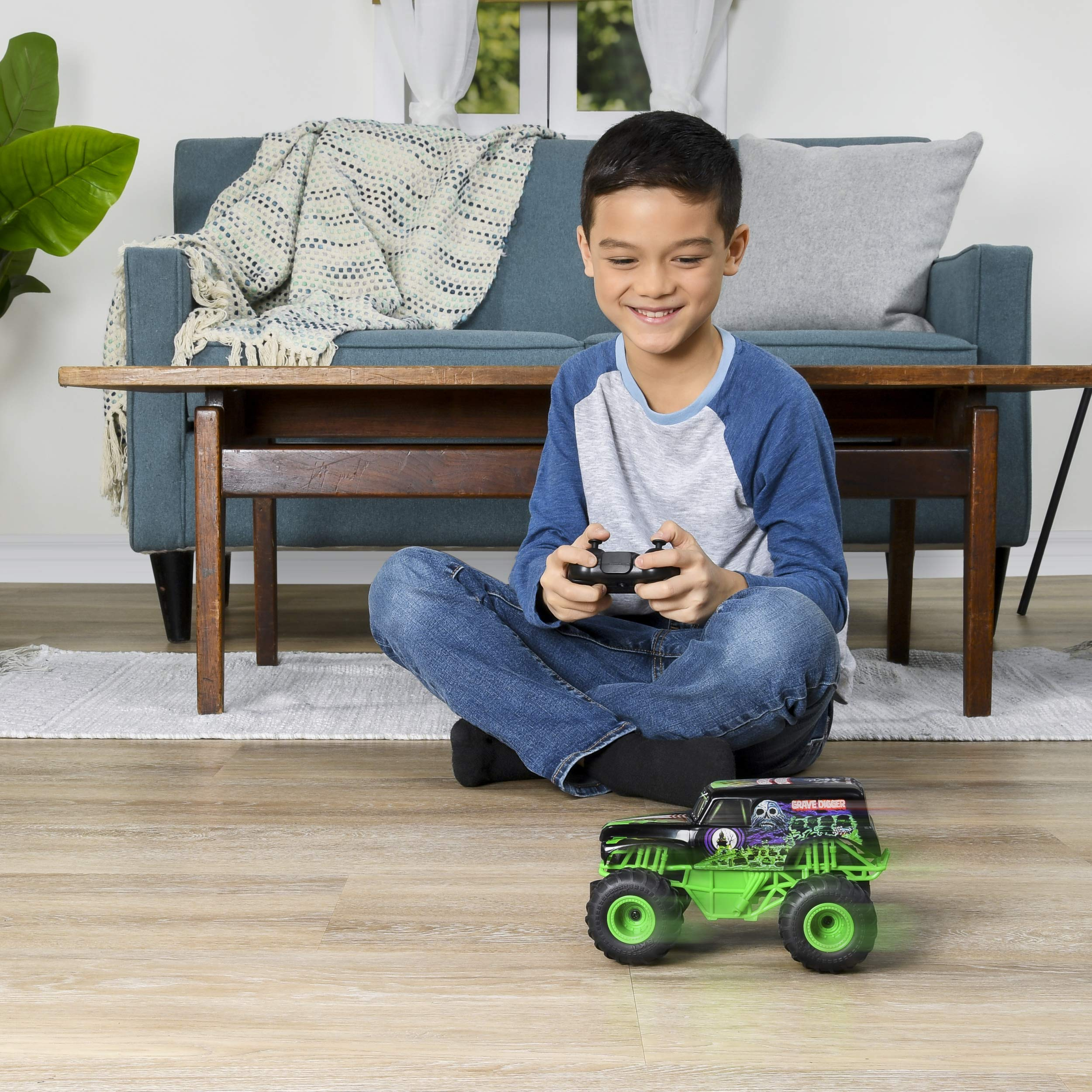 Monster Jam Official Grave Digger Remote Control Monster Truck, 1:24 Scale, 2.4 GHz, for Ages 4 and Up by Monster Jam (Image #3)