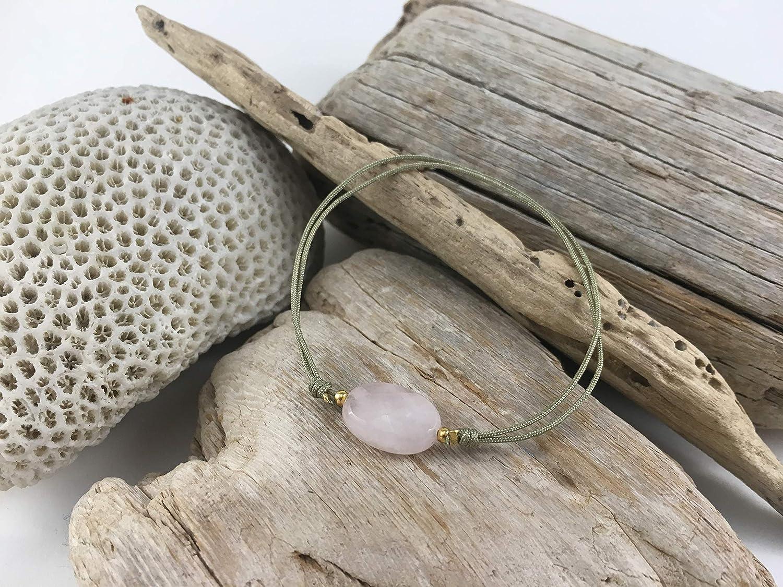 Pulsera Happy Stones de piedra natural, cuarzo rosa, en plata con baño de oro e hilo de seda en color gris regulable con nudo corredizo.