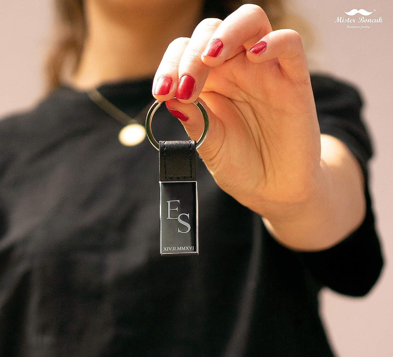 Personalisierbar mit Wunschgravur Mister Boncuk/® Schl/üsselanh/änger mit Gravur Individuelle Geschenke Personalisierter Schl/üsselanh/änger mit Buchstabe /& R/ömischer Datum