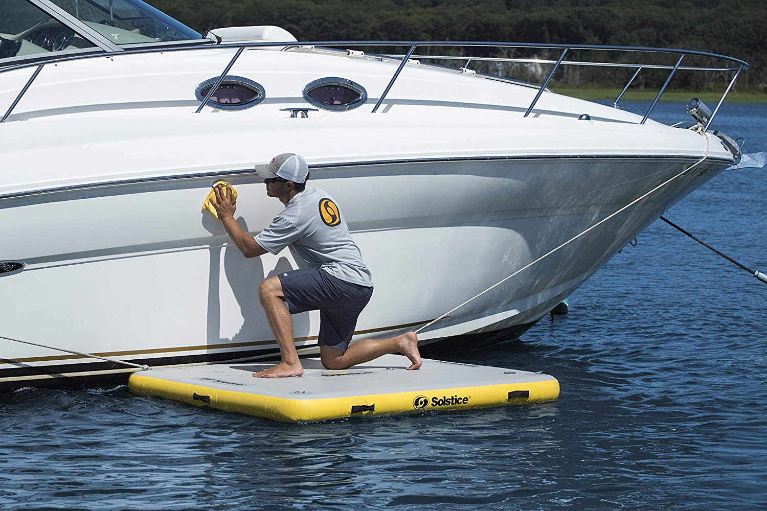 cleaning a boat from an inflatable platform