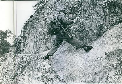Vintage foto de soldados cuerda de escalada más de la montaña ...