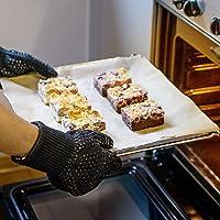 Backblech mit Ofenhandschuhe anfassen