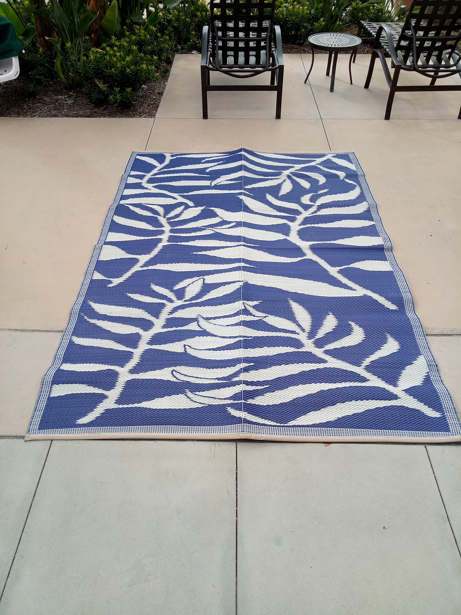 Lightweight Indoor Outdoor Reversible Plastic Area Rug - 5.9 x 8.9 Feet - Leaf Pattern - Blue/White