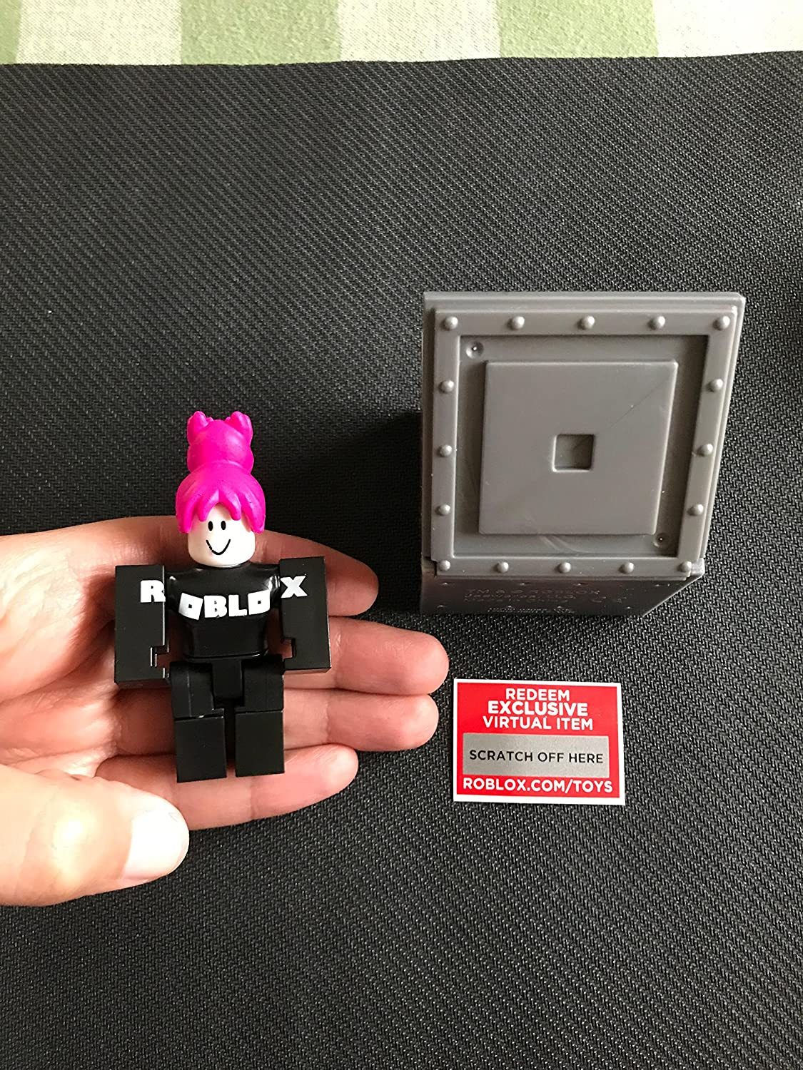 Amazon Com Roblox Series 1 Girl Guest Action Figure Mystery Box