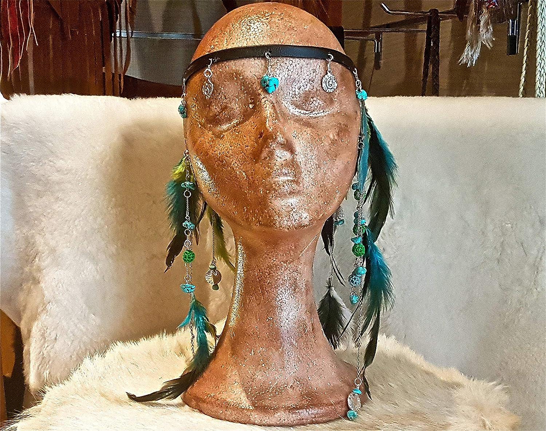 Cinta para la cabeza de cuero negro, turquesas, plumas, cadenas y abalorios de metal.