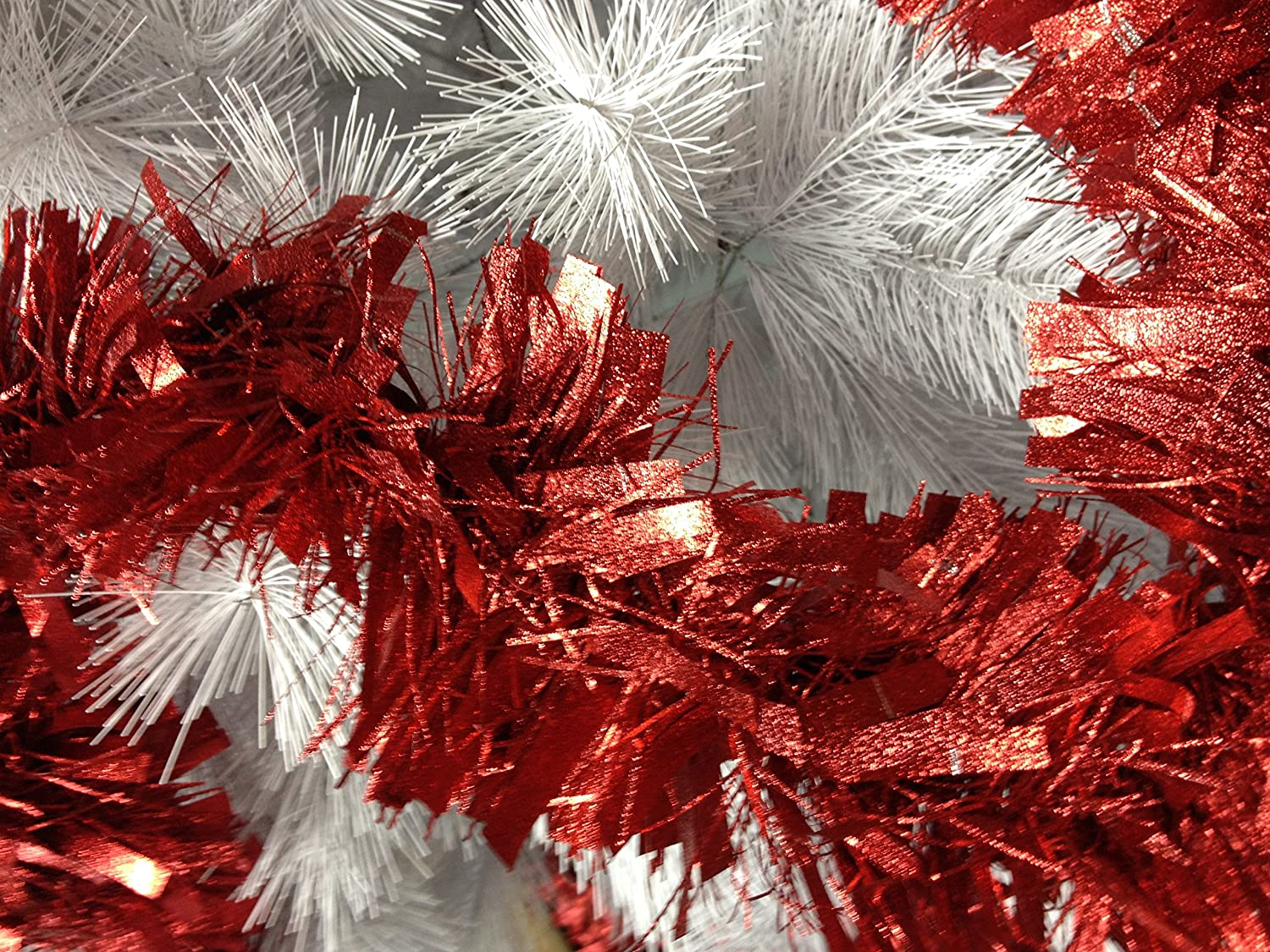 25ft/7.5m Embossed Red Thick &Thin Cut Luxury Tinsel Garland - Manufactured from flame retardant PVC Korello
