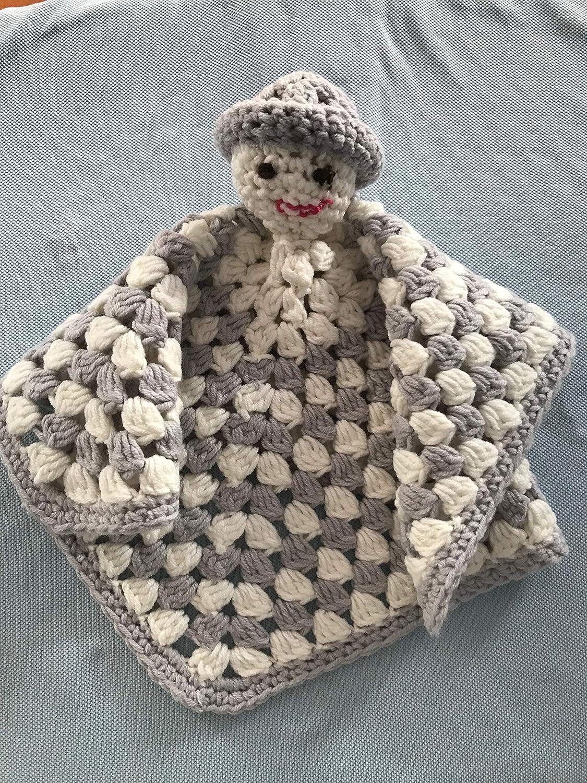 Mantita de apego de crochet. Color blanco y gris
