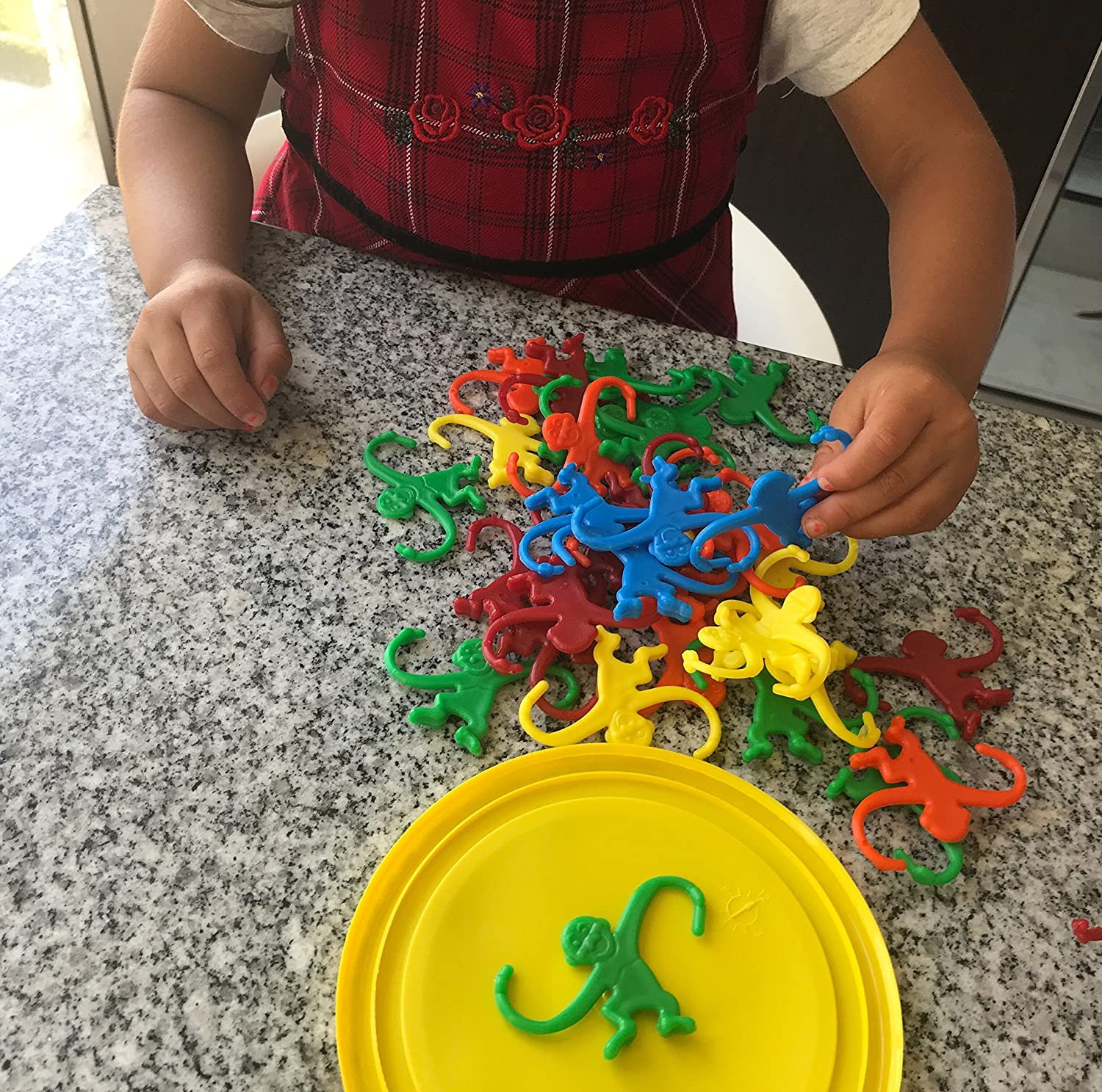 Hours of Fun for Toddlers and preschoolers 100 Colorful Pieces Bucket. Motor Skills Developing and Counting Toy for Toddlers and Kids Color Sorting Linking Bucket of Monkeys Game