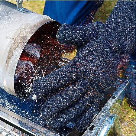 Einsatz von Grillhandschuhen beim Umfüllen der Grillkohle aus einem Anzündkamin