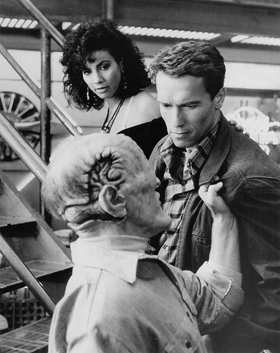 Arnold Schwarzenegger, Rachel Ticotin, and Dean Norris in Total Recall (1990)