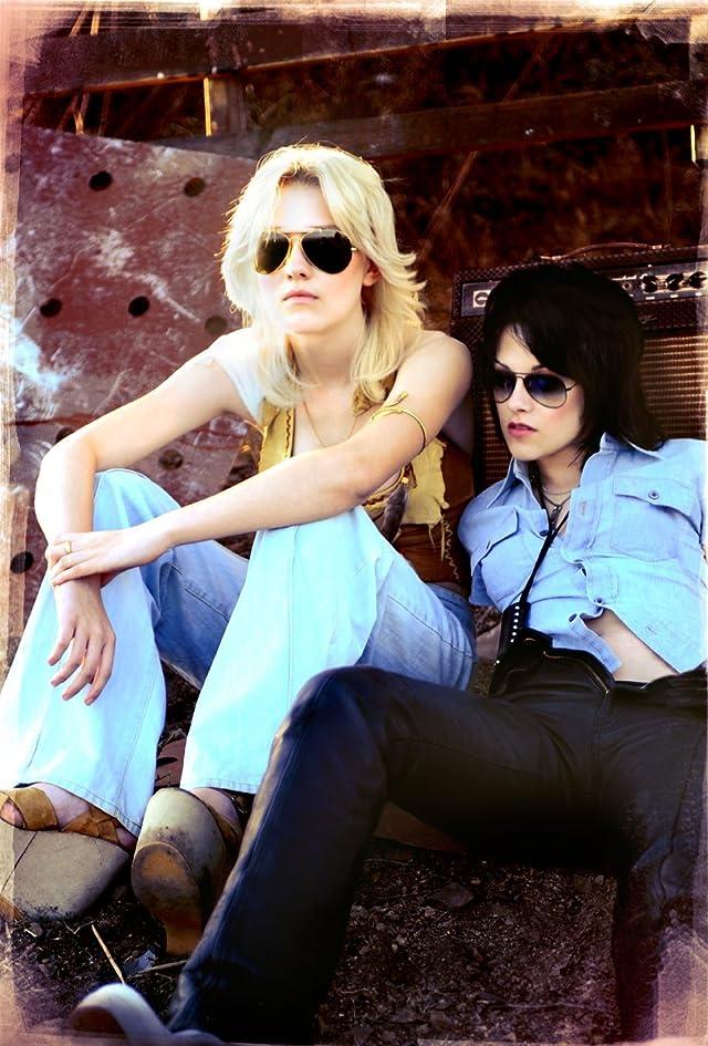 Still of Dakota Fanning and Kristen Stewart in The Runaways