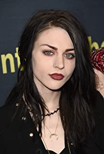 Frances Cobain  - 2018 Regular blond hair & chic hair style.