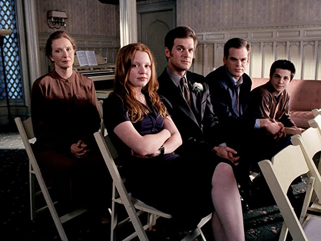 Lauren Ambrose, Freddy Rodríguez, Frances Conroy, Michael C. Hall, and Peter Krause in Six Feet Under (2001)