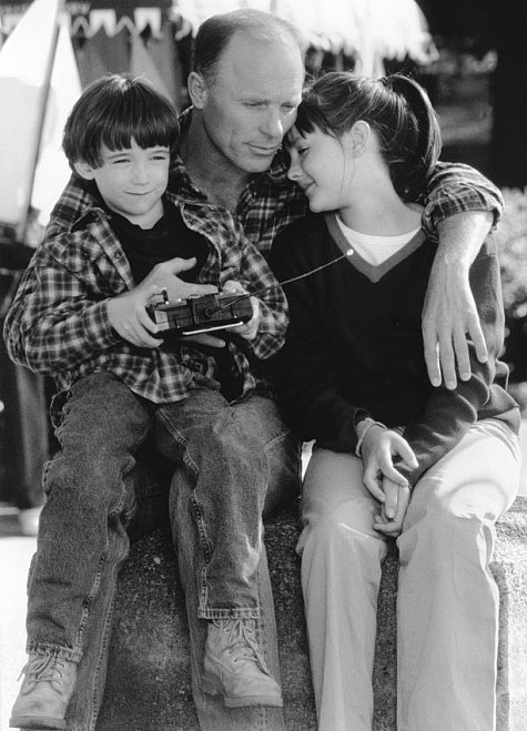 Divorced father Luke (Ed Harris) savors an afternoon spent with his children, Ben (Liam Aiken) and Anna (Jena Malone).