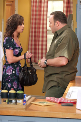 Kevin James and Leah Remini in The King of Queens (1998)