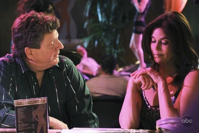 Teri Hatcher and Brent Briscoe in Desperate Housewives (2004)