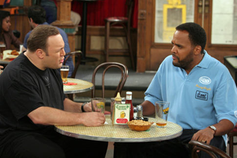 Kevin James and Victor Williams in The King of Queens (1998)