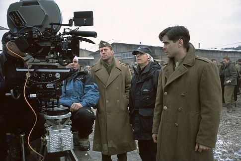 Bruce Willis, Colin Farrell, and Gregory Hoblit in Hart's War (2002)