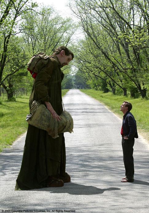 Ewan McGregor and Matthew McGrory in Big Fish (2003)